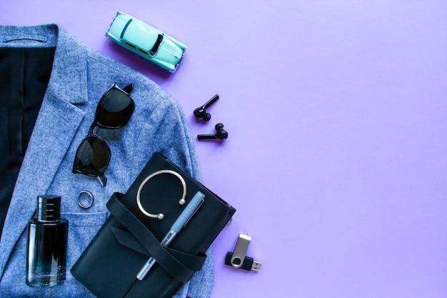 Accesorios y dispositivos para hombres de moda en lila