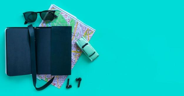 Accesorios y dispositivos de moda para hombres sobre fondo turquesa. vista desde la parte superior, espacio plano y copie
