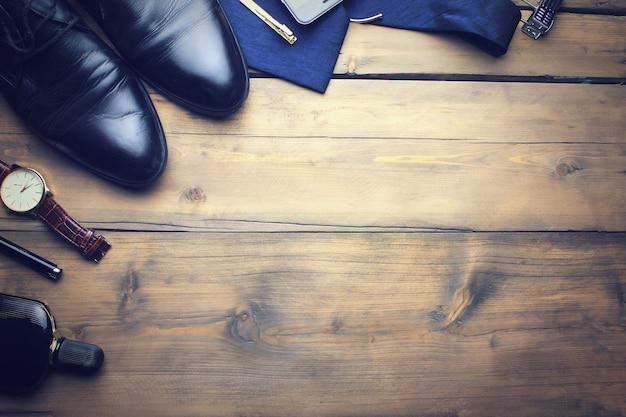 Accesorios elegantes de hombre en la mesa de madera