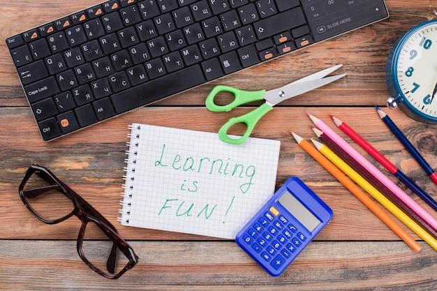 Los accesorios escolares y el aprendizaje es una nota divertida. vista superior plana laical.