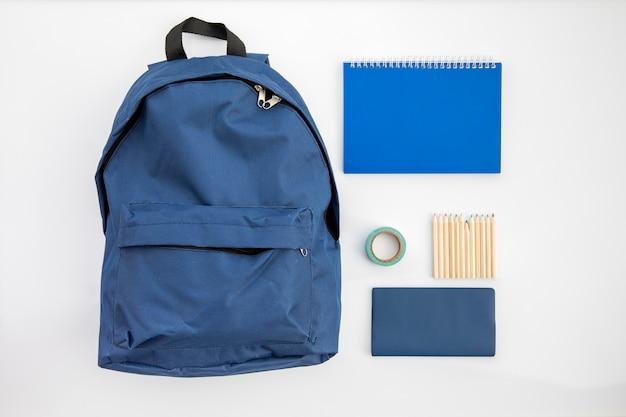 Accesorios escolares azules sobre mesa