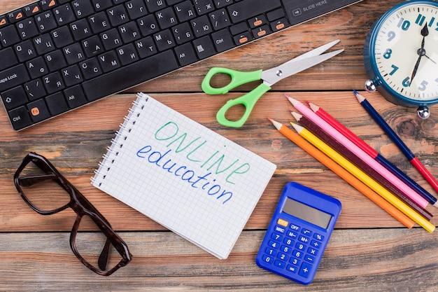 Accesorios para estudiar en un escritorio de madera. concepto de educación en línea. vista superior plana laical.