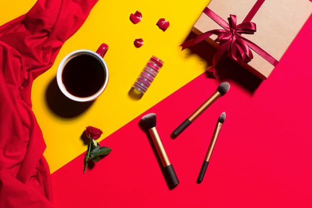Accesorios femeninos, maquillaje y caja de regalo