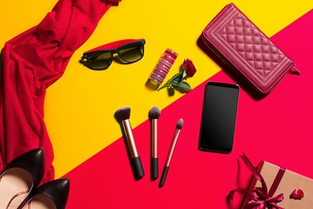 Accesorios femeninos, maquillaje, gafas de sol y teléfono inteligente, vista superior