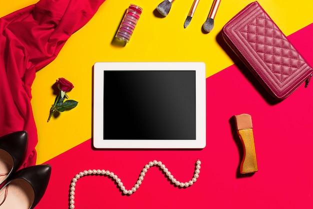 Accesorios femeninos de moda y marco de pizarra, vista superior