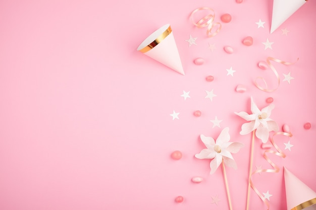 Accesorios de fiesta de chicas sobre el fondo rosa. invitación, cumpleaños, despedida de soltera, eventos de baby shower