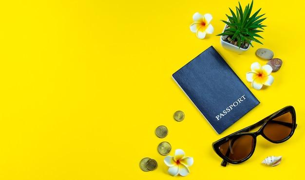 Accesorios flatlay para vacaciones de verano planificación de viajes gafas de sol con dinero de pasaporte