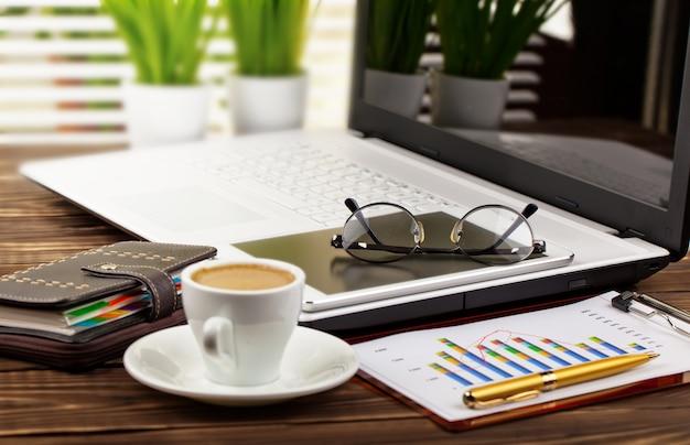Accesorios para hacer negocios en la oficina, sobre la mesa