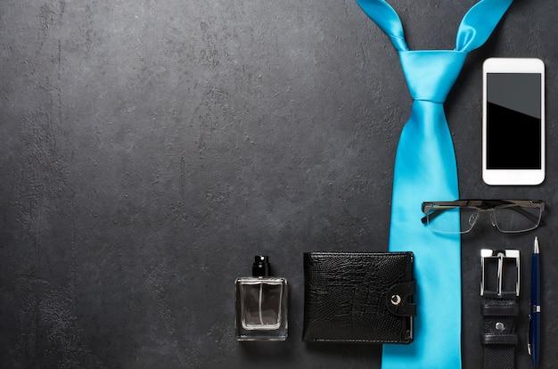 Accesorios para hombres en una mesa de hormigón negro