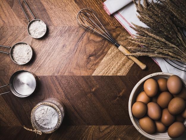 Accesorios para hornear pastelería panadería con harina y batidor.