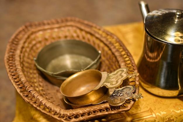 Accesorios de la iglesia para la ceremonia de bautismo en la mesa.