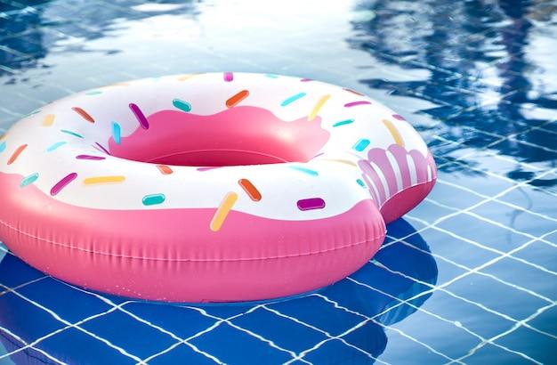 Accesorios inflables para nadar en la piscina.