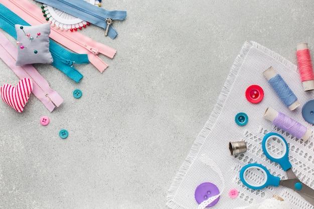 Accesorios lindos coloridos para coser la vista superior