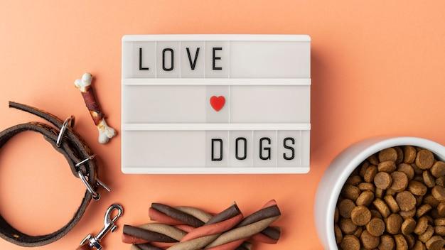 Accesorios para mascotas bodegón con cuenco de comida y collar.