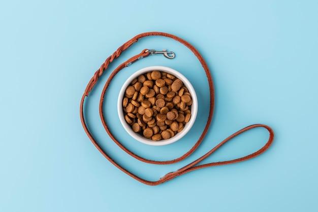 Accesorios para mascotas bodegón con plato de comida y correa para perros