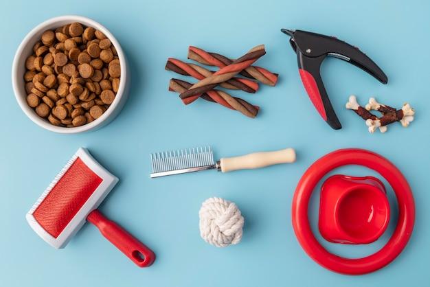 Accesorios para mascotas concepto de naturaleza muerta con objetos de aseo y comida