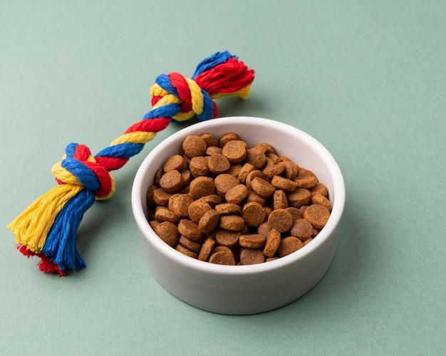 Accesorios para mascotas concepto de naturaleza muerta con plato de comida