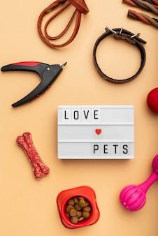 Accesorios para mascotas concepto de naturaleza muerta con texto de mascotas de amor