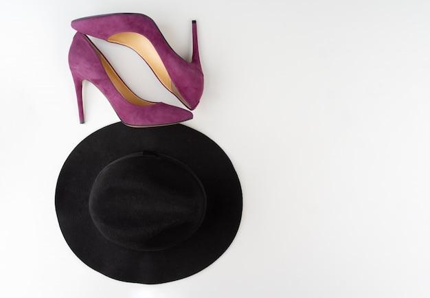 Accesorios de moda femenina sobre fondo blanco, vista desde arriba