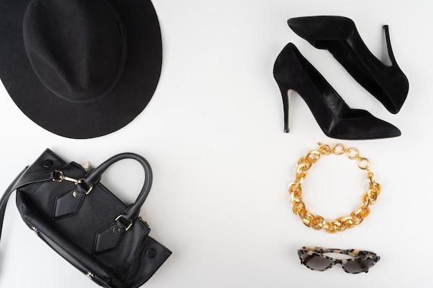 Accesorios de moda femenina sobre fondo blanco.