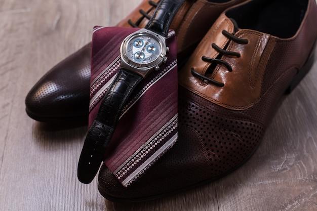 Accesorios de moda para hombre. zapatos con corbata y reloj