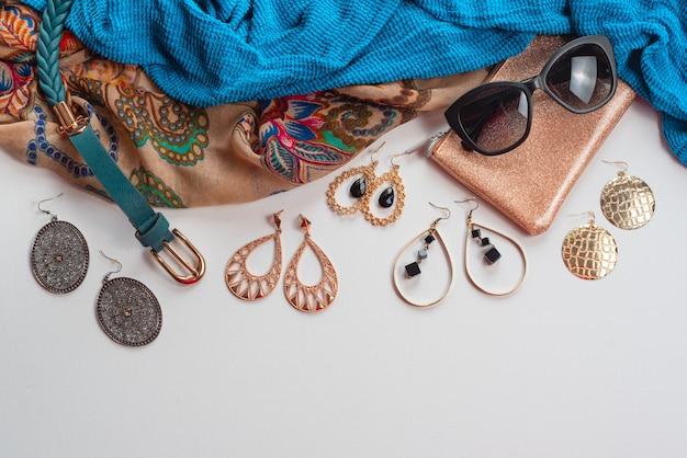 Accesorios de moda para mujer en blanco