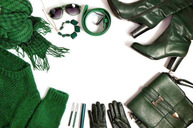 Accesorios de moda para mujer en color verde.