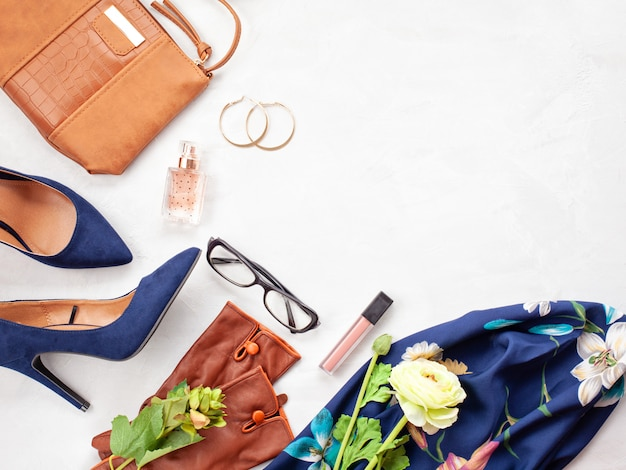 Accesorios de moda y zapatos de tacones azules para niñas y mujeres. tendencias de la moda urbana