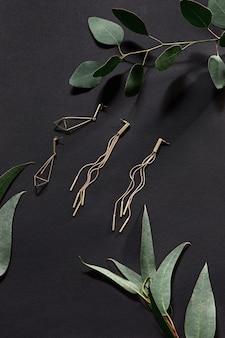 Accesorios de mujer con hojas en negro