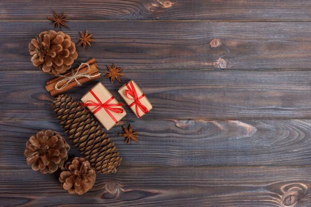 Accesorios navideños naturales conos de pino estrella de madera decorado cordón de lino canela regalos vintage sobre fondo de madera