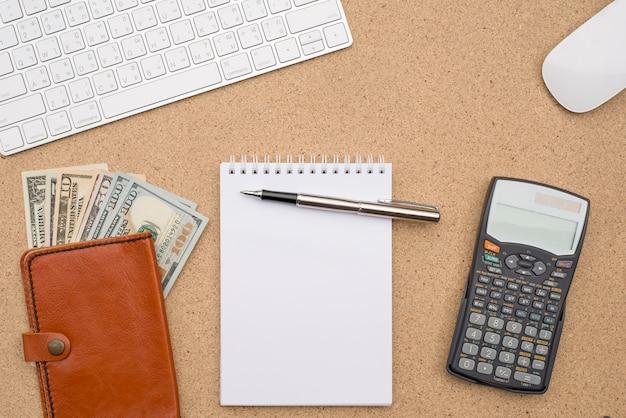Accesorios de negocios en el fondo de escritorio de madera