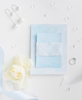 Accesorios de novia y tarjeta de boda