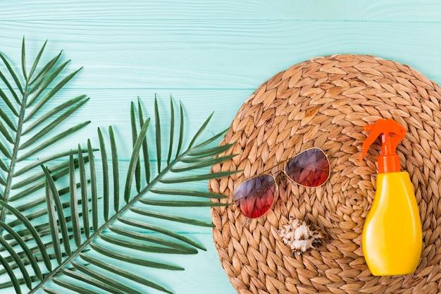 Accesorios para el ocio de playa y hojas de palmera.