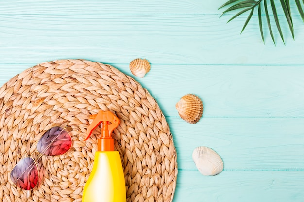 Accesorios para el ocio en la playa y pequeñas conchas marinas.