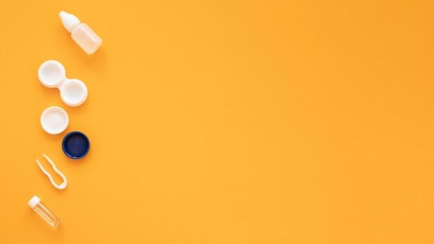 Accesorios de óptica sobre fondo amarillo