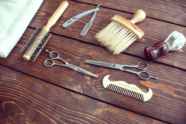 Accesorios de peluquería en mesa de madera.