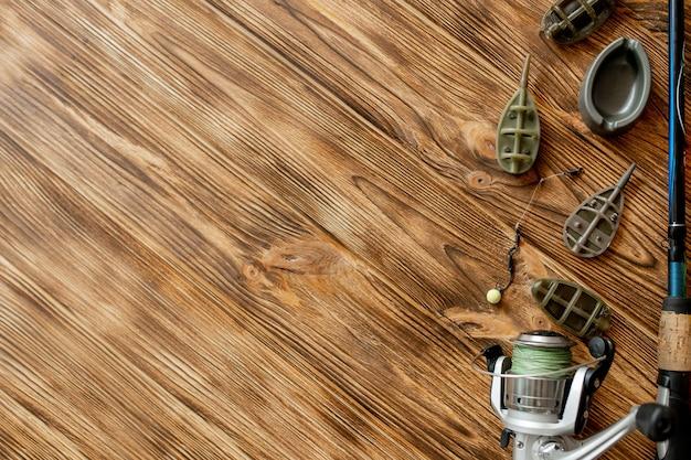 Accesorios para la pesca de la carpa y cebos de pesca en tablones de madera con espacio de copia.