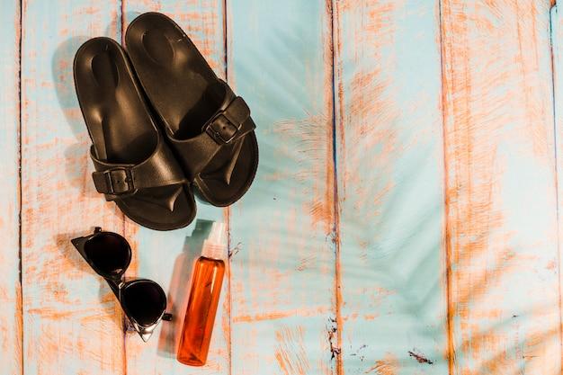 Accesorios de playa sobre tabla de madera.