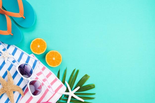 Accesorios de playa para vacaciones de verano y concepto de vacaciones.