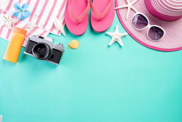 Accesorios de playa en verde pastel para el concepto de vacaciones de verano.