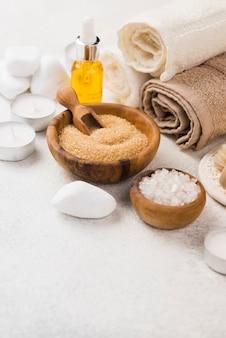 Accesorios de spa de primer plano con toallas y aceite