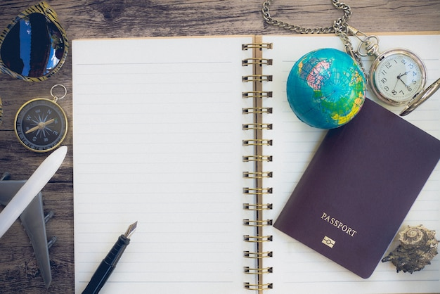 Accesorios travel blogger en el espacio de copia de madera