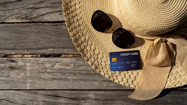 Accesorios para las vacaciones, gafas de sol y sombrero de mar en el puente de madera