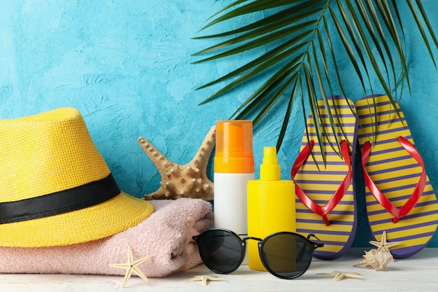 Accesorios de vacaciones de verano contra azul, espacio para texto