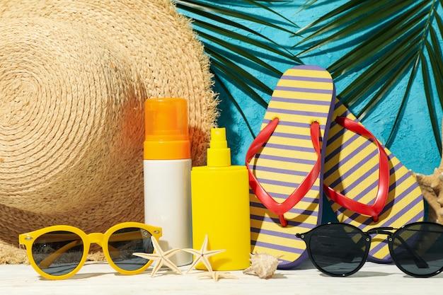 Accesorios de vacaciones de verano contra azul, primer plano