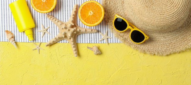 Accesorios de vacaciones de verano sobre fondo de color, espacio para texto y vista superior. felices vacaciones