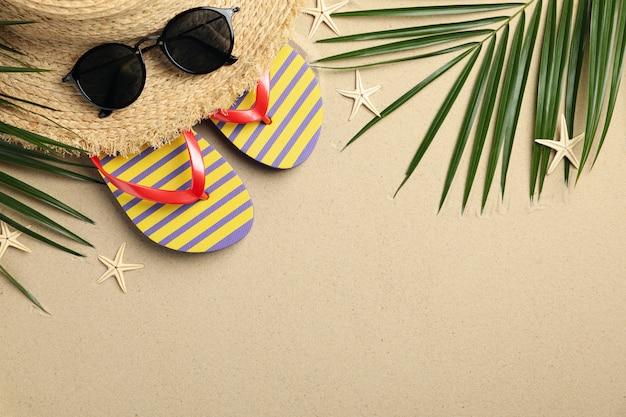 Accesorios de vacaciones de verano en la superficie de arena de mar