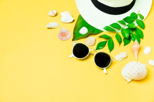 Accesorios de verano con conchas y hojas