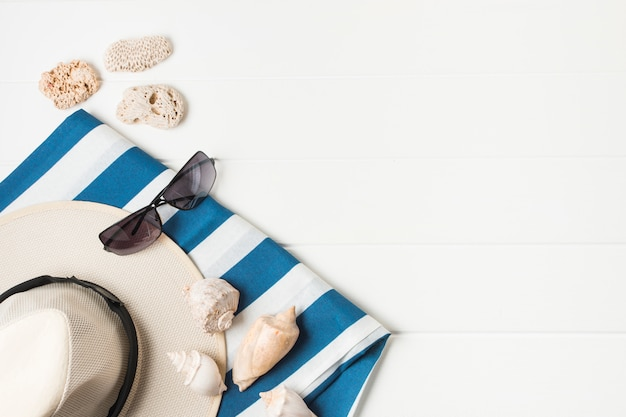 Accesorios de verano en el escritorio.