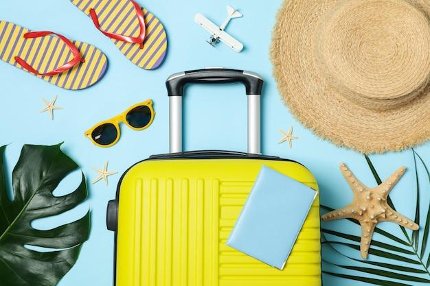 Accesorios de viaje en azul, vista superior. blogger de viajes